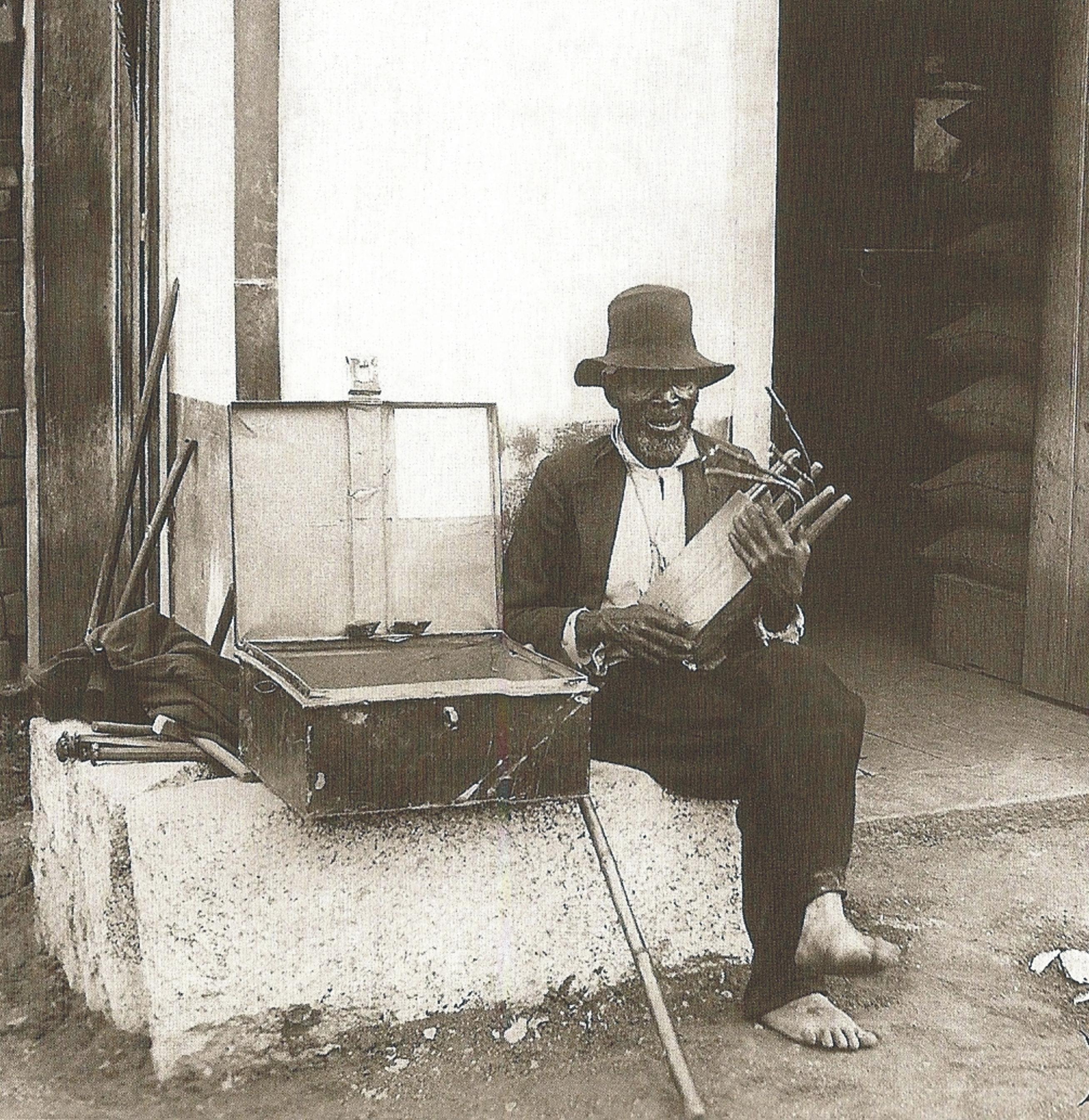 Músico segurando uma chihumba. Foto de autor desconhecido. Fonte: Ermakoff, 2004.